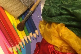 Pennor och tyger i olika färger.