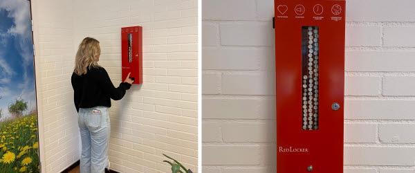 En elev trycker på en knapp på mensskyddsautomaten RedLocker.