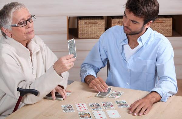 Bilden visar en äldre kvinna och en ung man