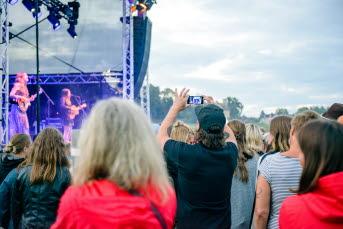 Bilden föreställer publik på en konsert
