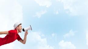 Bilden föreställer en person som håller i en megafon.