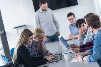 Bilden föreställer personer framför datorer