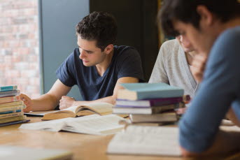 Bild på elever som arbetar.