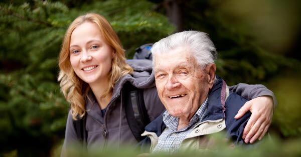 Bilden visar en ung kvinna och en äldre man