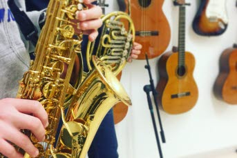 Bild på en elev som spelar ett blåsinstrument.