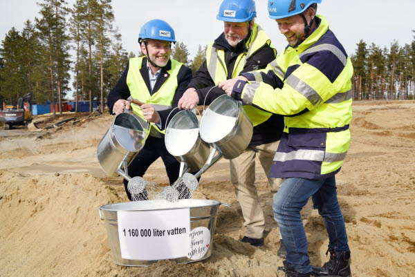 Bilden föreställer det första spadtaget av det nya badhuset i Timrå