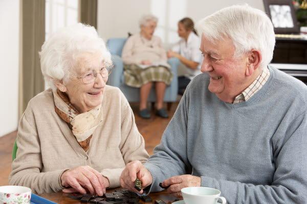 Bilden visar en äldre dam och herre