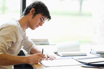 Bild på en studerande elev.