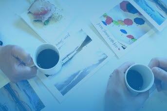 Bilden föreställer händer som håller kaffekoppar