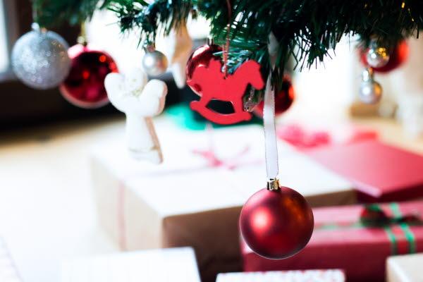 Bilden föreställer  en julgran med paket.