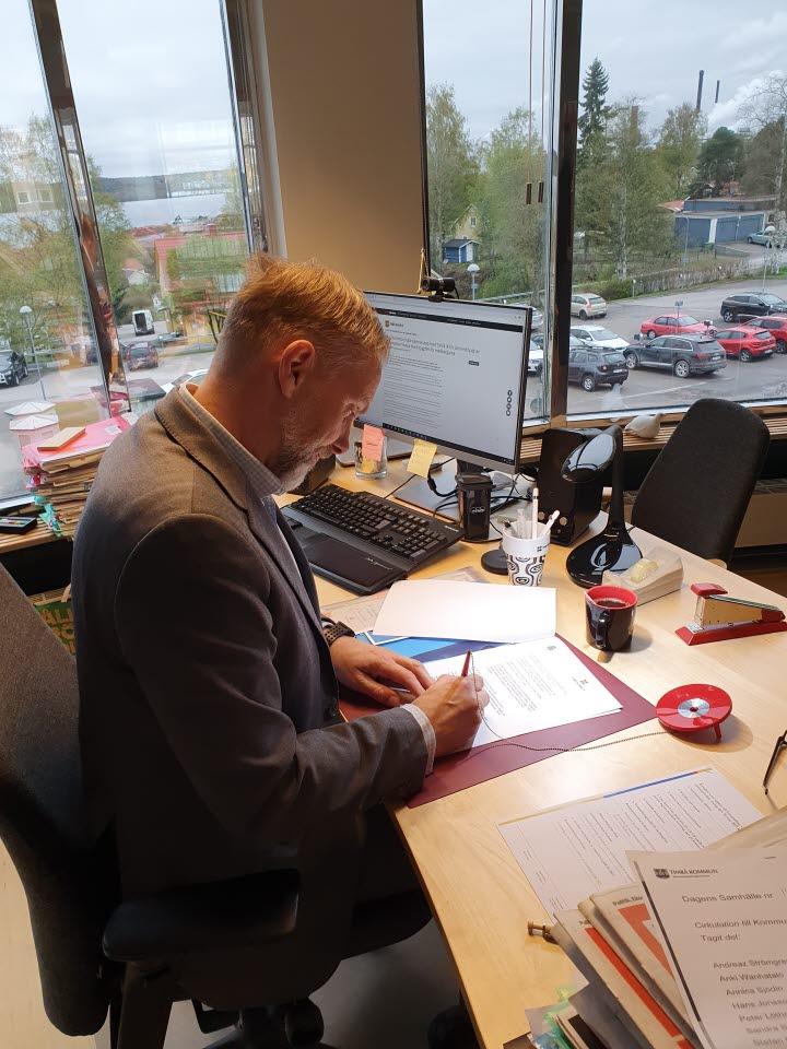 Stefan Dalin skriver under medborgarlöftet