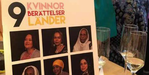 Bilden visar framsidan av boken om nio kvinnor bredvid några glas med bubblig dryck