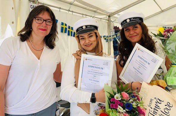 Bilden visar Timrå socialnämnds ordförande med de två stipendiaterna Sofia Ahangar och Emelie Brönstad