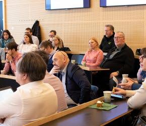Halvlek för samverkansavtalet. Politiker och tjänstepersoner i samtal med forskare om projekten.