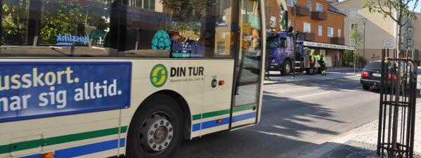 Bilden föreställer en buss och några bilar som kör på Köpmangatan i Timrå