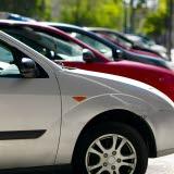 Bilden föreställer en parkeringsplats med bilar