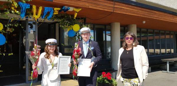 Stipendiater Linnéa Sjöström och Jesper Lindström med Timrå socialnämndsordförande Maritza Villanueva Contreras