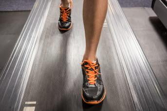 Bilden föreställer en person som springer på ett löpband.