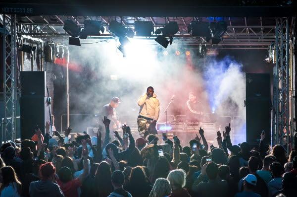 Bilden föreställer en scen där La Mix uppträder på Pangea festivalen.