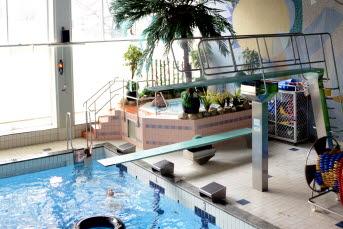 Bilden föreställer en pool och trampolin på Timrås simhall