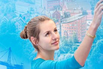 Bilden är ett collage med en kvinna och byggkranar