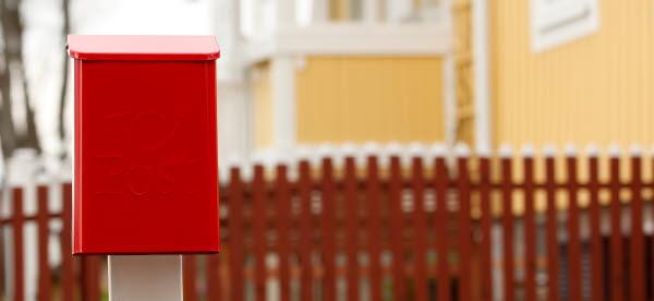 Bilden visar en brevlåda utanför ett hus