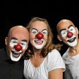 Bilden föreställer tre personer som deltar i teatern Schtunk, sminkade till clowner