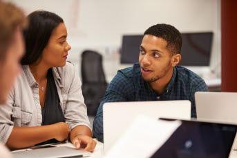 Bild på två elever som pratar