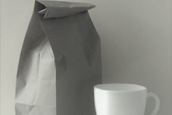 Bilden föreställer en påse och en kaffekopp