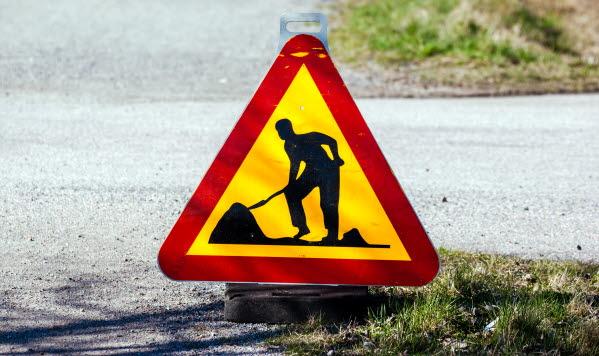 Bilden förställer skylten varning för grävning.