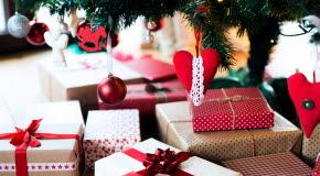 Bilden föreställer julklappar som ligger under granen.