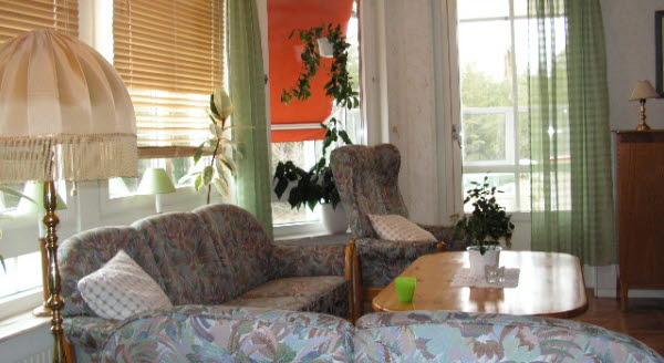Bilden visar ett vardagsrum i ett vård- och omsorgsboende