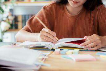 Bild på en vuxen elev som studerar.