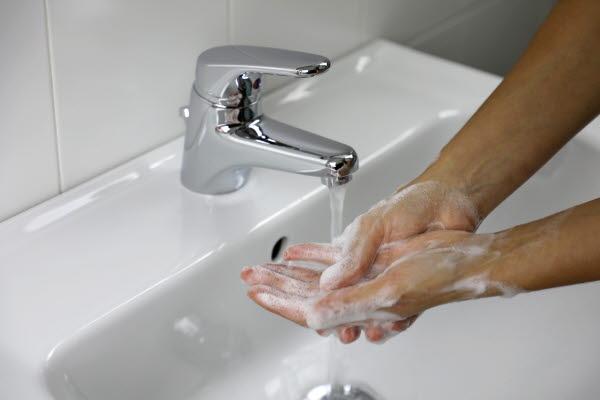 Bilden föreställer en person som tvättar händerna.