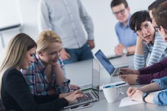 Bilden föreställer ett klassrum med elever och lärare