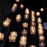 Bilden föreställer många tända ljus i en grupp