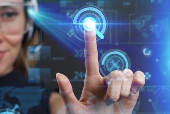 Bilden föreställer en kvinna navigerar sig fram på en digitalskärm.