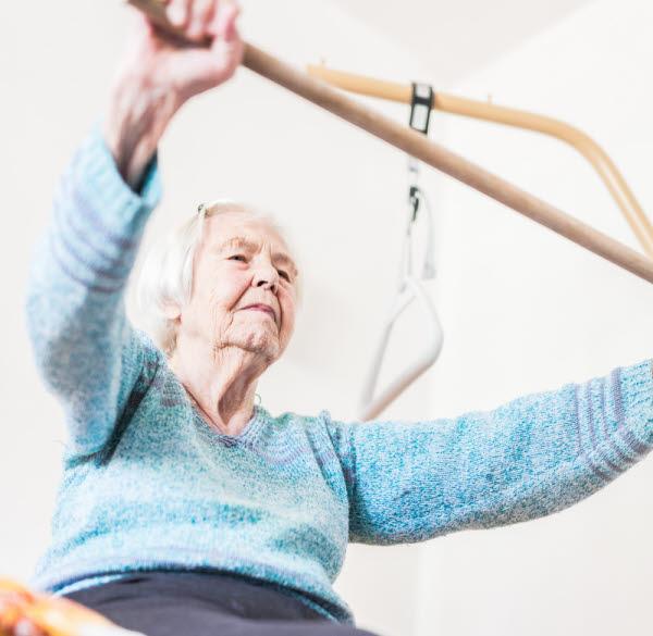 Äldre kvinna som tränar
