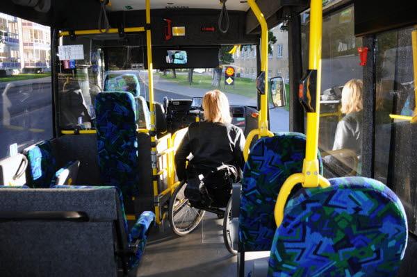 På bilden kan man se en bussresenär med rullstol
