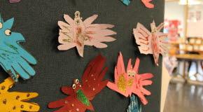 Bilden föreställer pappersfjärilar skapad av barn.