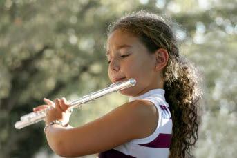 Bild på en elev som spelar klarinett.