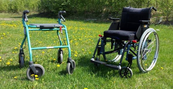 Bilden visar en rullator och en rullstol