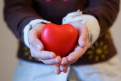 Bilen föreställer två händer som håller i ett hjärta.