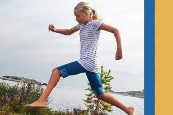 Bilden föreställer en flicka som hoppar