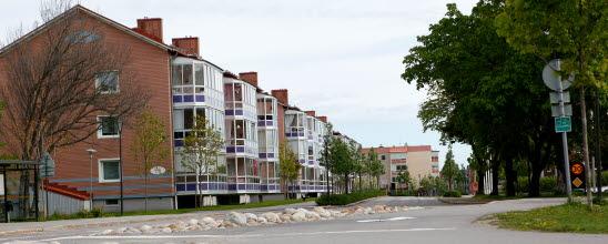 Bilden visar en vy med hus efter köpmangatan i centrala Timrå