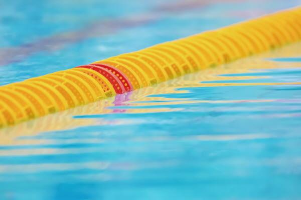 Bilden föreställer simbanavdelare i en pool
