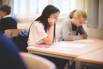 Bild på elever i klassrum.