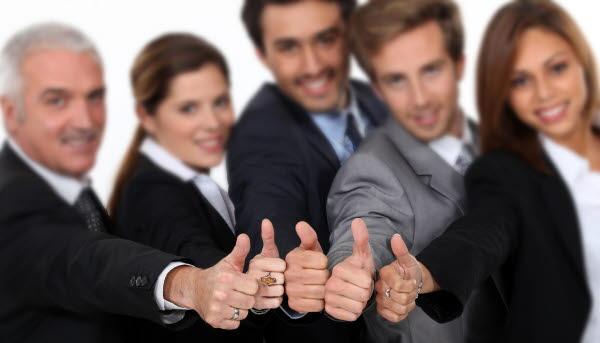 Bilden visar fem personer som gör tummen upp
