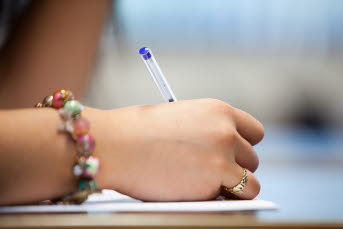 Bild på en person som skriver.