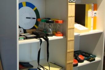 Bilden visar olika kognitiva hjälpmedel i en hylla